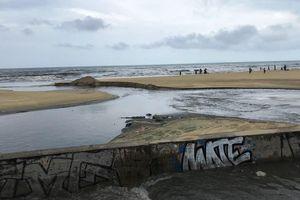 Công trình thu gom chậm tiến độ, nước thải lại tuồn ra biển