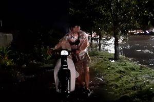 Đường ven biển Đà Nẵng bị ngập, người dân dắt bộ xe máy trong đêm