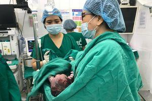 Sản phụ hiếm muộn sinh con tự nhiên nhờ kỹ thuật nong tắc vòi tử cung