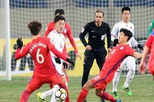 Trung vệ đội tuyển Việt Nam cẩn thận với trọng tài bắt chính VL World Cup