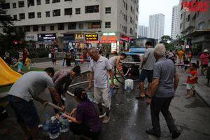Sợ nước máy, người dân Linh Đàm chấp nhận tốn phí mua xe téc nước