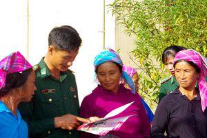 Khám bệnh, tuyên truyền pháp luật và tặng quà nhân dân biên giới xã Sín Thầu