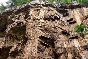 Bí ẩn quan tài 2.000 năm lơ lửng bên vách đá