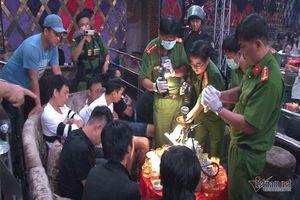 Đột kích quán bar ở Rạch Giá, đưa về trụ sở gần 100 nam nữ