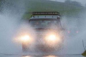 Tuyệt đối không nên mắc phải những sai lầm này khi lái xe ô tô trời mưa