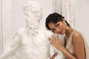 Hoa hậu H'Hen Niê lạ lẫm khi hóa thân thành nữ thần Hy Lạp