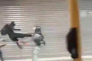 Khoảnh khắc gây phẫn nộ khi cảnh sát Hong Kong bị tấn công