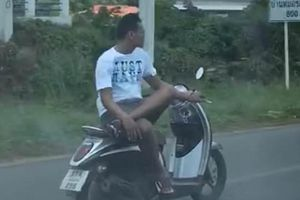 Video người đàn ông ngồi xoay người, một tay lái xe máy hơn 60km/h