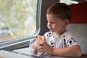 Giáo sư Anh đề xuất cấm ăn uống trên phương tiện công cộng