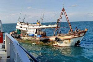 Cứu nạn khẩn cấp 4 thuyền viên trên tàu bị phá nước tại vùng biển Vũng Tàu