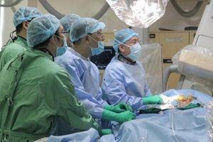 Kỹ thuật mới giúp người bệnh hẹp van động mạch chủ nặng hồi phục nhanh