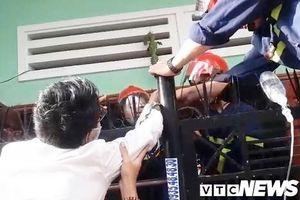 Đà Nẵng: Giải cứu người đàn ông bị chông sắt hàng rào đâm xuyên tay