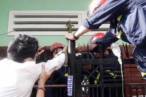 Lính cứu hỏa giải thoát người đàn ông bị hàng rào sắt đâm xuyên tay