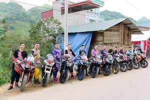 Mặc trang phục dân tộc đi xe phân khối lớn, đoàn rước dâu ở Lào Cai khiến dân mạng chú ý