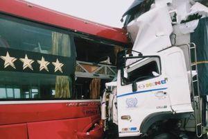 Xe tải đối đầu xe khách, phụ xe chết kẹt trong cabin