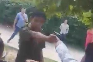 Phó công an xã rút súng chĩa vào dân