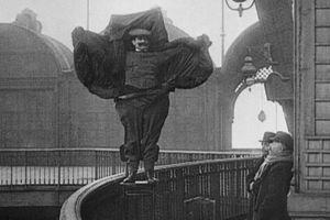 Nhà khoa học nào tử vong tại chỗ sau khi nhảy từ tháp Eiffel?