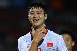 Duy Mạnh tạo dáng ăn mừng sau khi mở bàn trong trận thắng Indonesia