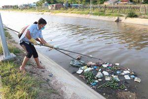Người dân vứt xác lợn chết xuống kênh ở Ninh Thuận
