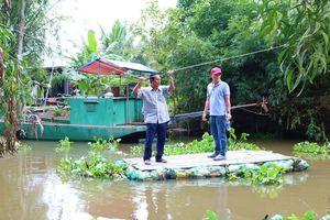 Nông dân sáng kiến thu gom vỏ thuốc bảo vệ thực vật làm bè qua sông