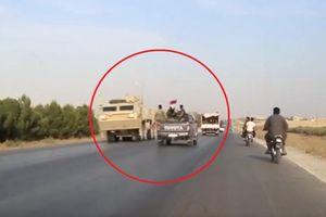 Khoảnh khắc trớ trêu khi đoàn xe quân đội Mỹ - Syria 'chạm trán' trên đường