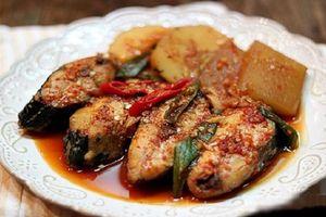 Cá kho nước dừa béo ngậy, ngọt thanh chồng con ăn sạch bách