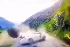 Trung Quốc: May mắn thoát chết sau khi bị đá rơi bẹp xe