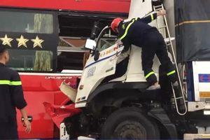 Hai xe ô tô đấu đầu, ít nhất 11 người thương vong