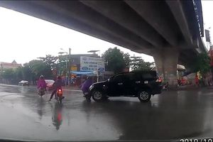 Lái xe như bị bịt mắt, tài xế ô tô tông gục người đi xe máy