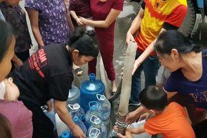 Hà Nội: Phụ nữ, trẻ em chen chúc chờ lấy nước sạch sinh hoạt