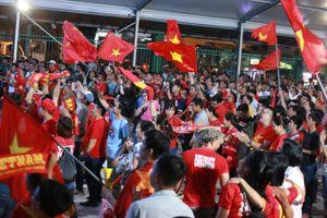 Cổ động viên Việt Nam ăn mừng cực cảm xúc sau trận thắng Indonesia