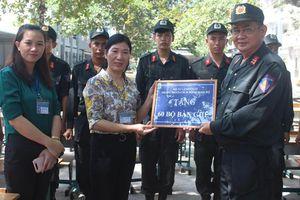 Trung đoàn CSCĐ Đông Nam Bộ tặng 100 bộ bàn ghế cho học sinh