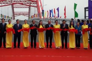 Thủ tướng Nguyễn Xuân Phúc cắt băng khánh thành cây cầu hơn 2.000 tỷ