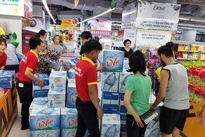 Người dân đổ xô đến siêu thị 'vét' nước sạch