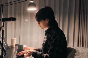 Nguyễn Trần Trung Quân đệm đàn guitar hát 'Có chàng trai viết lên cây'