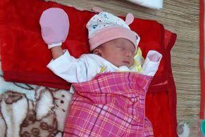 Bé gái sơ sinh một ngày tuổi bị bỏ rơi trước chùa