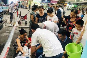 Nước sạch cứu trợ cư dân Linh Đàm có mùi tanh và đục