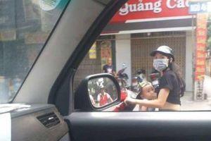 Táo bạo mẹ Việt chạy xe máy... vạch 'ti' cho con bú