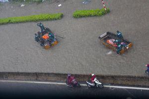 Đường ngập như sông, TP Vinh huy động xuồng cứu trợ người dân