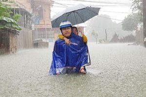 TP Vinh mưa trắng trời, nhiều tuyến đường ngập sâu, học sinh phải nghỉ học