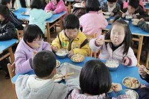 Ép học sinh ăn cơm trong nhà vệ sinh để trách phạt, trường mầm non lĩnh đủ gạch đá