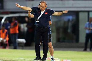 Thầy Park 'mổ băng' bàn thua của ĐTVN cùng Duy Mạnh ngay tại sân bay Bali
