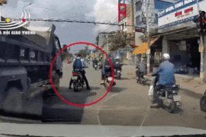 Clip: Thanh niên đi xe máy bị tài xế xe tải 'cà khịa' cực kỳ nguy hiểm, người xem cứ giật mình thon thót