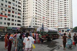 Người dân thủ đô chật vật xếp hàng dài chờ lấy nước miễn phí