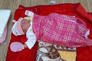 Bé gái 1 ngày tuổi bị bỏ rơi dưới tượng Phật