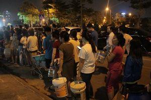 Chỉ trong vòng chưa đầy 5 giờ, Công ty Nước sạch Hà Nội đã nhận trên 2000 cuộc điện thoại đề nghị xin hỗ trợ, xe cấp nước phục vụ trắng đêm