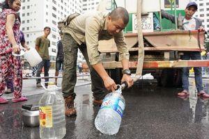 Nhận nước sạch có mùi tanh và màu 'lạ', nhiều cư dân Linh Đàm tạm dừng không lấy, mang nước đi hỏi nhà máy cung cấp