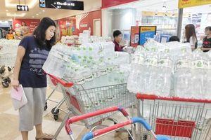 Người Hà Nội 'càn quét' các siêu thị để tích trữ nước sạch sau sự cố nước Sông Đà bị nhiễm dầu