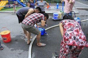 Cư dân Linh Đàm đổ bỏ nước cấp miễn phí có mùi lạ, tự mua nước sạch để dùng