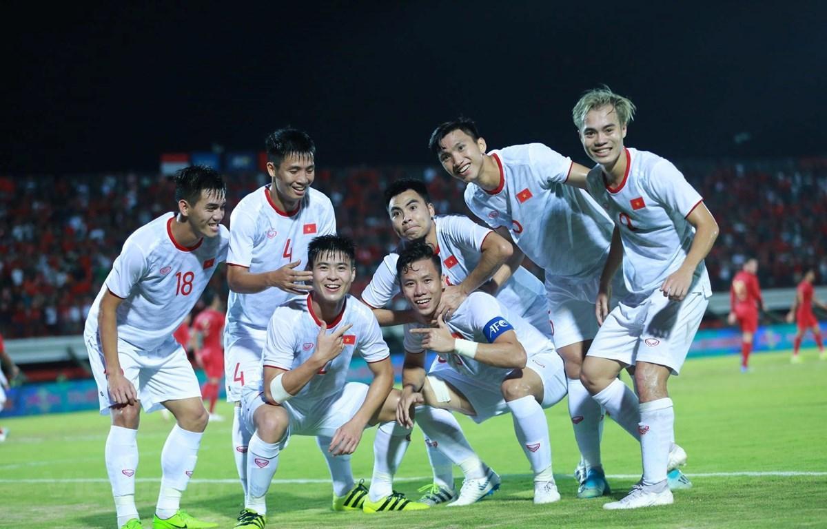Việt Nam 3-1 Indonesia: Viết nên lịch sử bằng đôi chân Việt